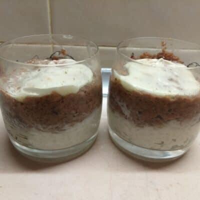 Фото рецепта - Слоёный салат из тунца, риса, огурцов и сыра - шаг 3