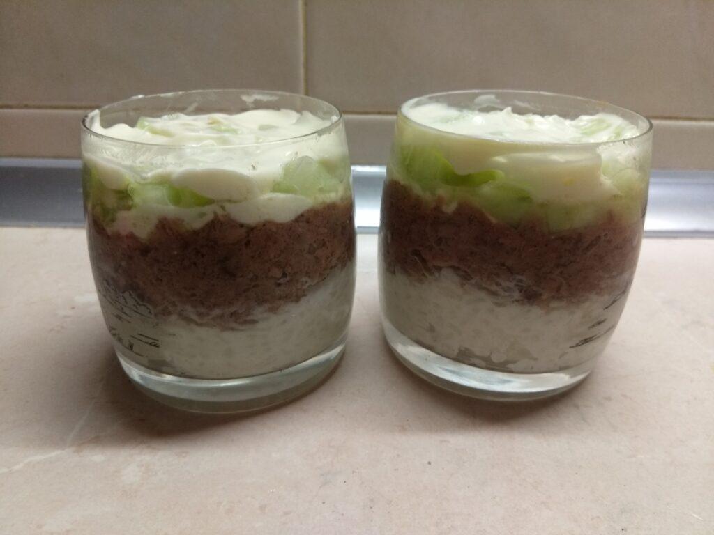 Фото рецепта - Слоёный салат из тунца, риса, огурцов и сыра - шаг 5