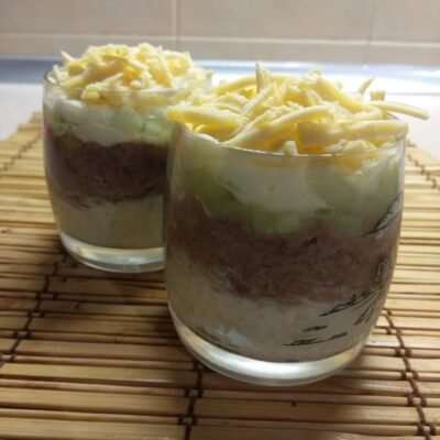 Слоёный салат из тунца, риса, огурцов и сыра - рецепт с фото
