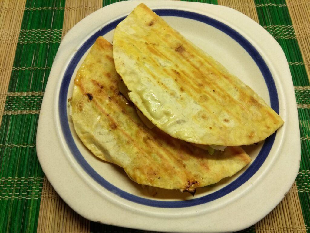 Фото рецепта - Кесадилья с копченой свиной грудинкой и яблоками - шаг 7