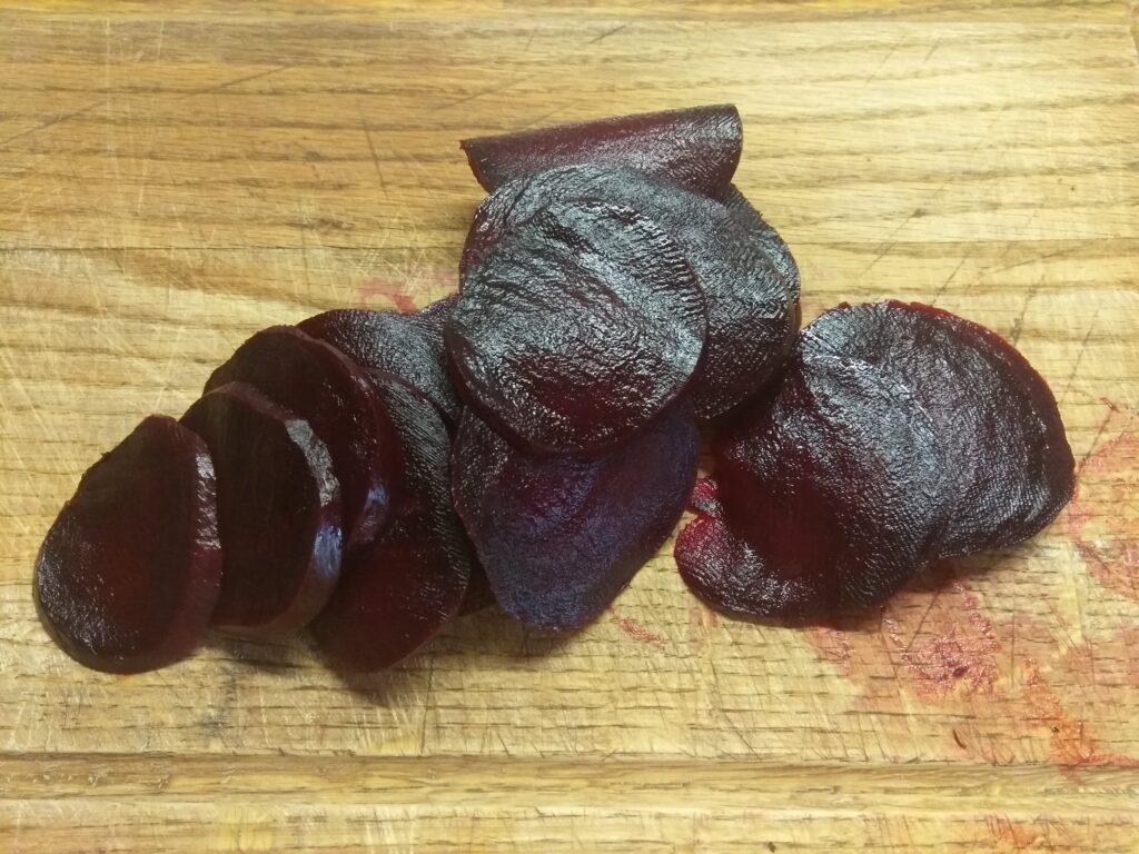 Фото рецепта - Карпаччо из свеклы под сметанно-чесночным соусом - шаг 2