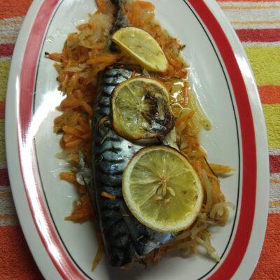 Скумбрия, запеченная с овощами и лимоном - рецепт с фото