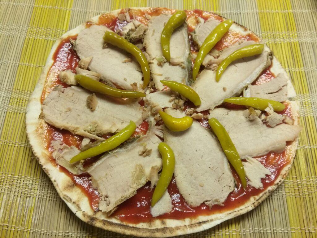 Фото рецепта - Пита с бужениной, острым перцем и луком - шаг 3