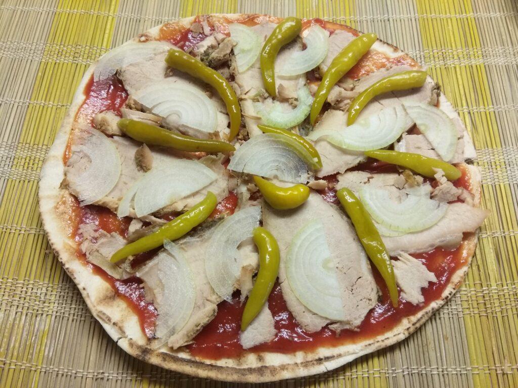 Фото рецепта - Пита с бужениной, острым перцем и луком - шаг 4