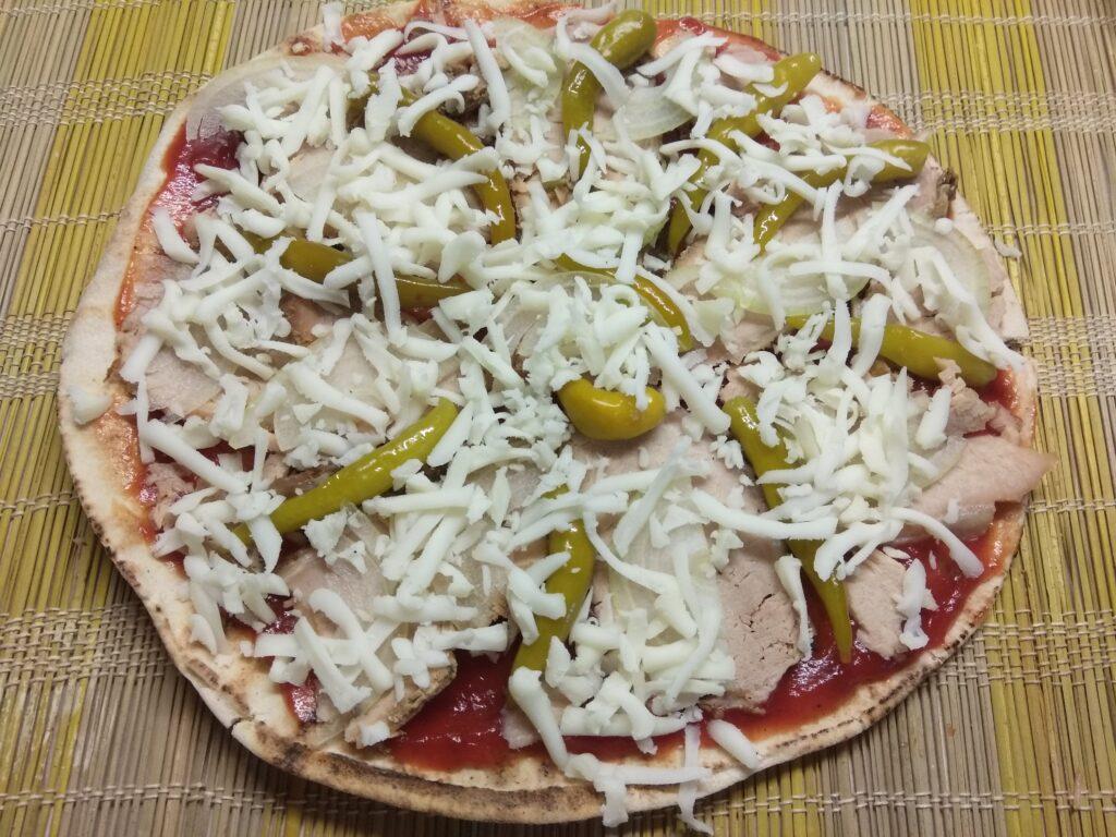 Фото рецепта - Пита с бужениной, острым перцем и луком - шаг 5