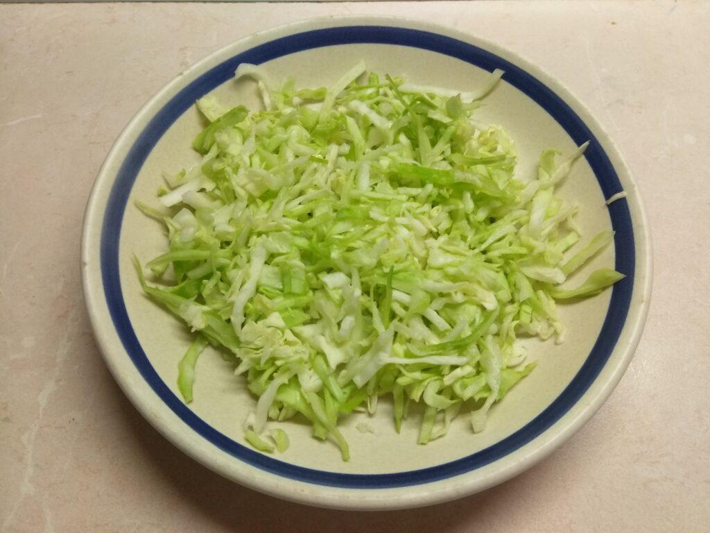 Фото рецепта - Салат из запеченной скумбрии с молодой капустой и помидорами - шаг 2