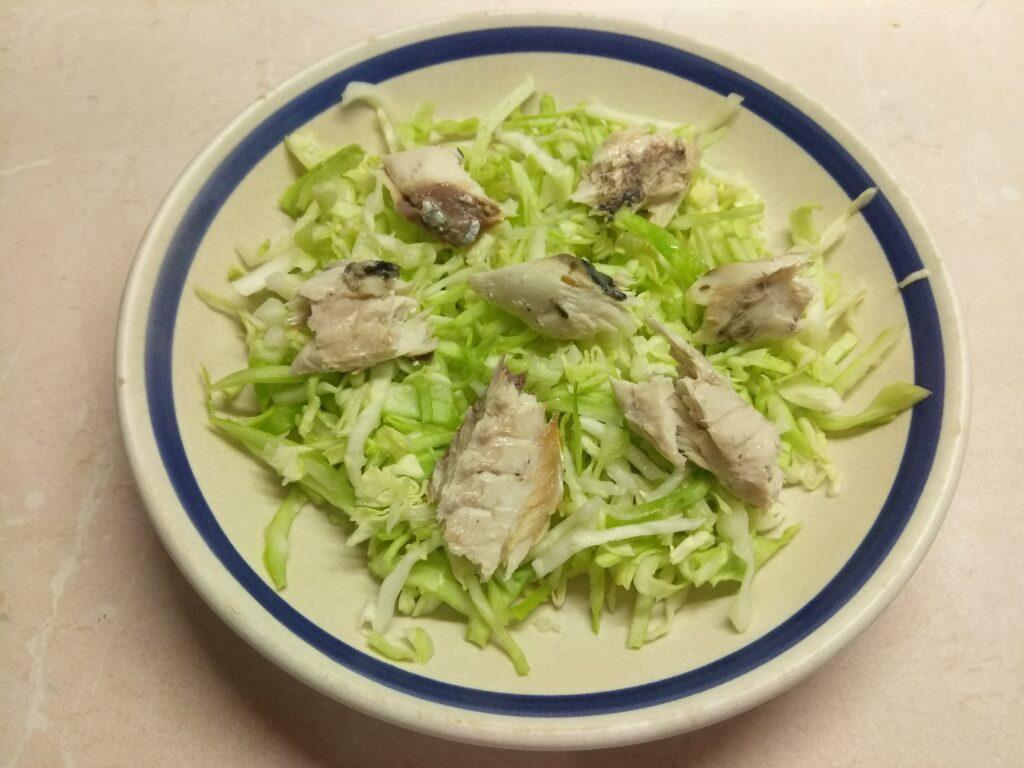Фото рецепта - Салат из запеченной скумбрии с молодой капустой и помидорами - шаг 3