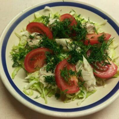 Фото рецепта - Салат из запеченной скумбрии с молодой капустой и помидорами - шаг 5