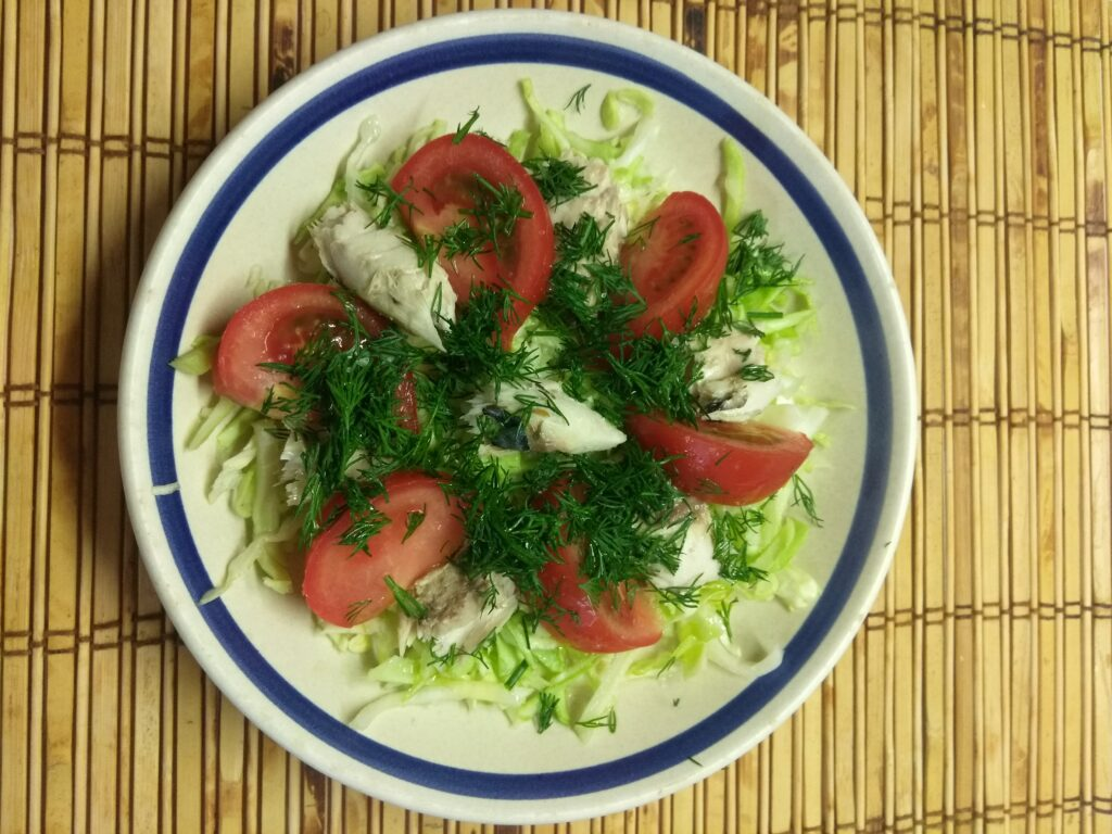 Фото рецепта - Салат из запеченной скумбрии с молодой капустой и помидорами - шаг 6