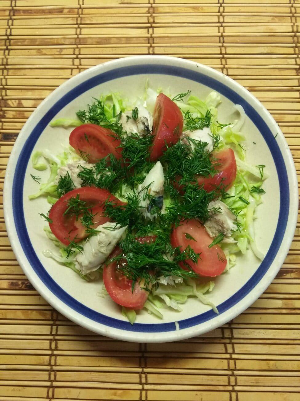 Салат из запеченной скумбрии с молодой капустой и помидорами