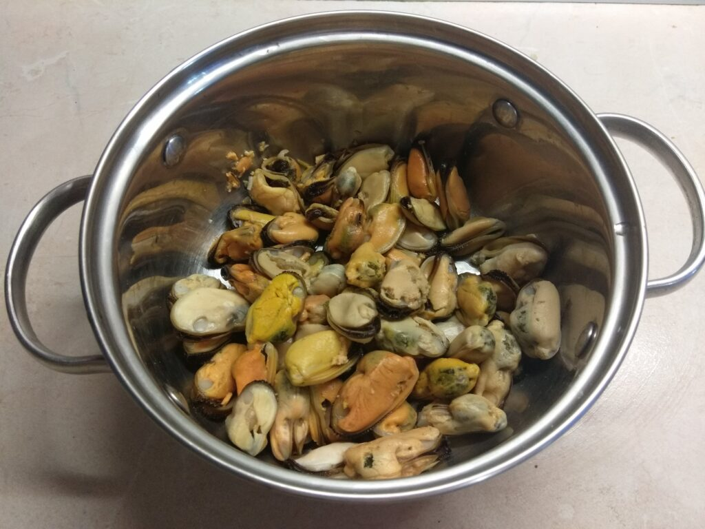 Фото рецепта - Мидии, запеченные в духовке в сметанном соусе под сырной корочкой - шаг 1