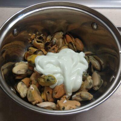 Фото рецепта - Мидии, запеченные в духовке в сметанном соусе под сырной корочкой - шаг 2