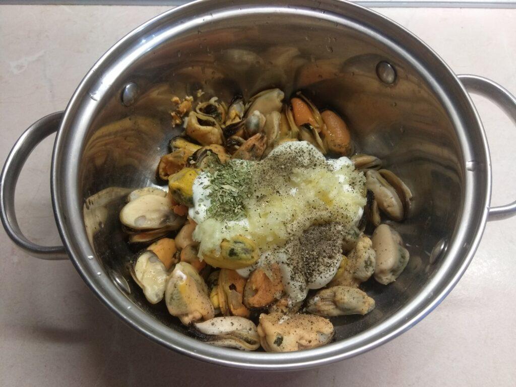 Фото рецепта - Мидии, запеченные в духовке в сметанном соусе под сырной корочкой - шаг 3