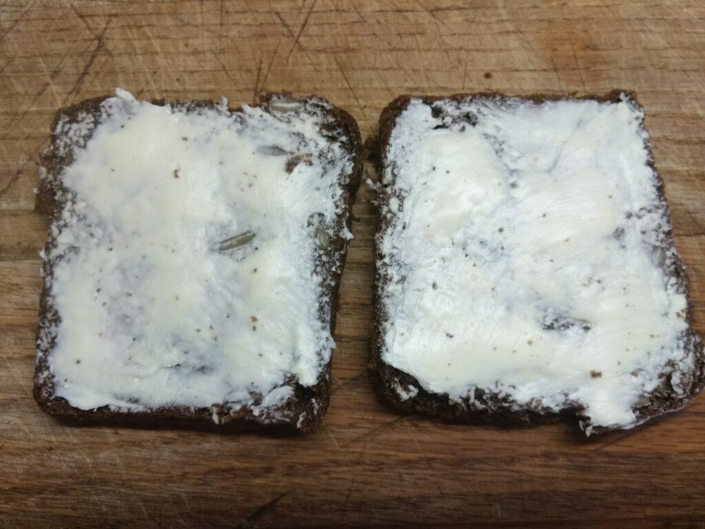 Фото рецепта - Бутерброды с селедкой и вареным яйцом - шаг 1