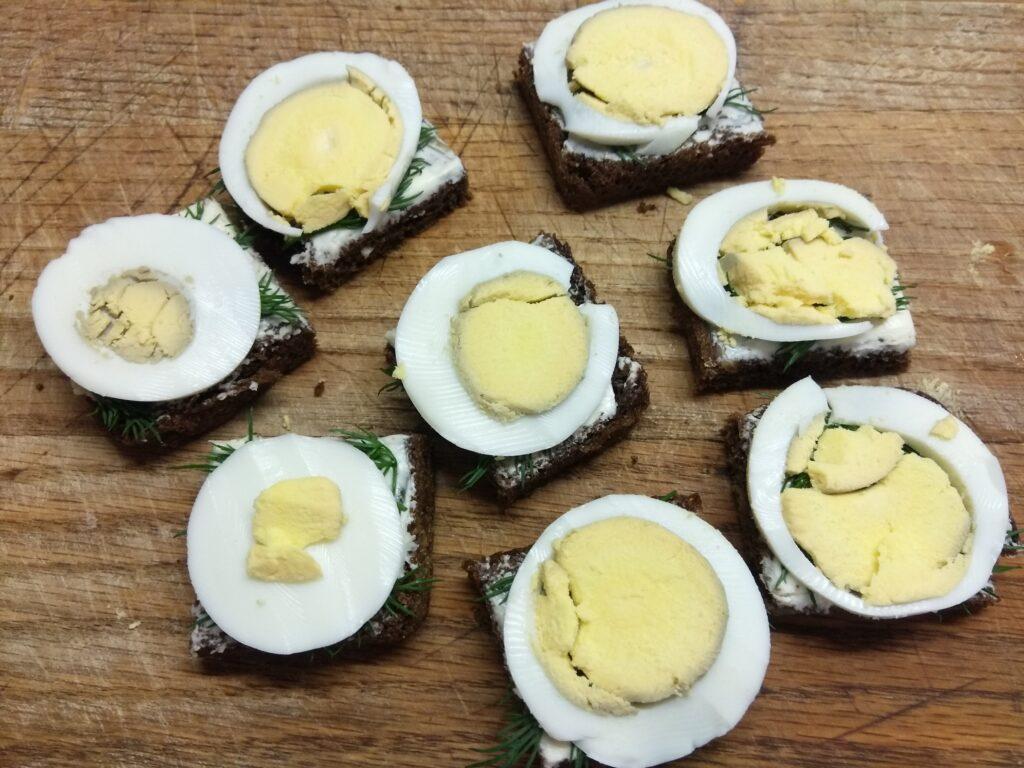 Фото рецепта - Бутерброды с селедкой и вареным яйцом - шаг 4