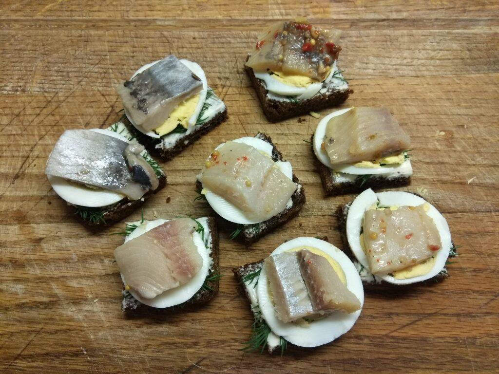 Фото рецепта - Бутерброды с селедкой и вареным яйцом - шаг 5