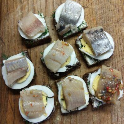 Бутерброды с селедкой и вареным яйцом - рецепт с фото