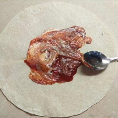 Фото рецепта - Шаурма с запеченной скумбрией и свежими овощами - шаг 2