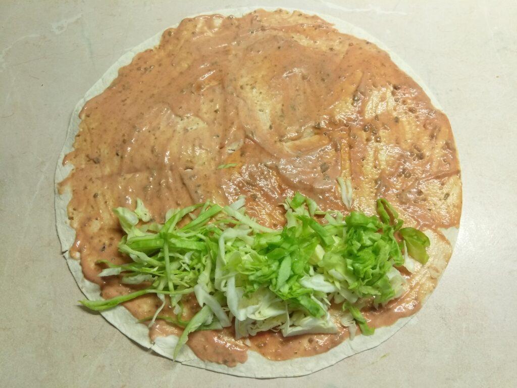Фото рецепта - Шаурма с запеченной скумбрией и свежими овощами - шаг 3