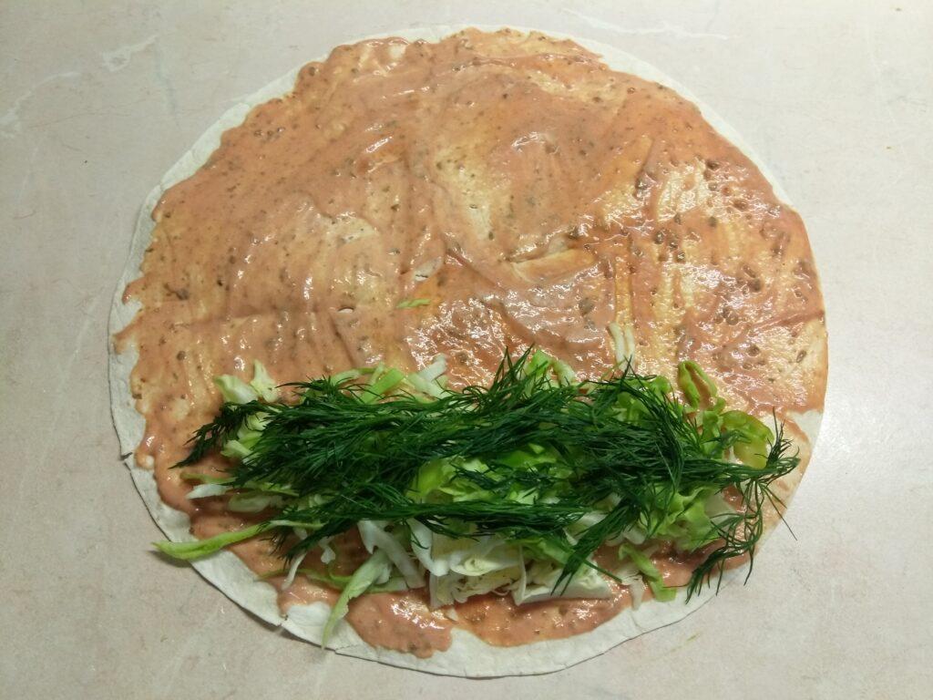 Фото рецепта - Шаурма с запеченной скумбрией и свежими овощами - шаг 4