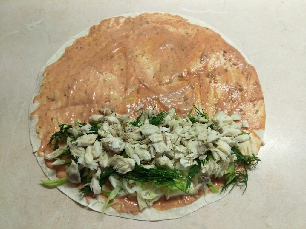 Фото рецепта - Шаурма с запеченной скумбрией и свежими овощами - шаг 5