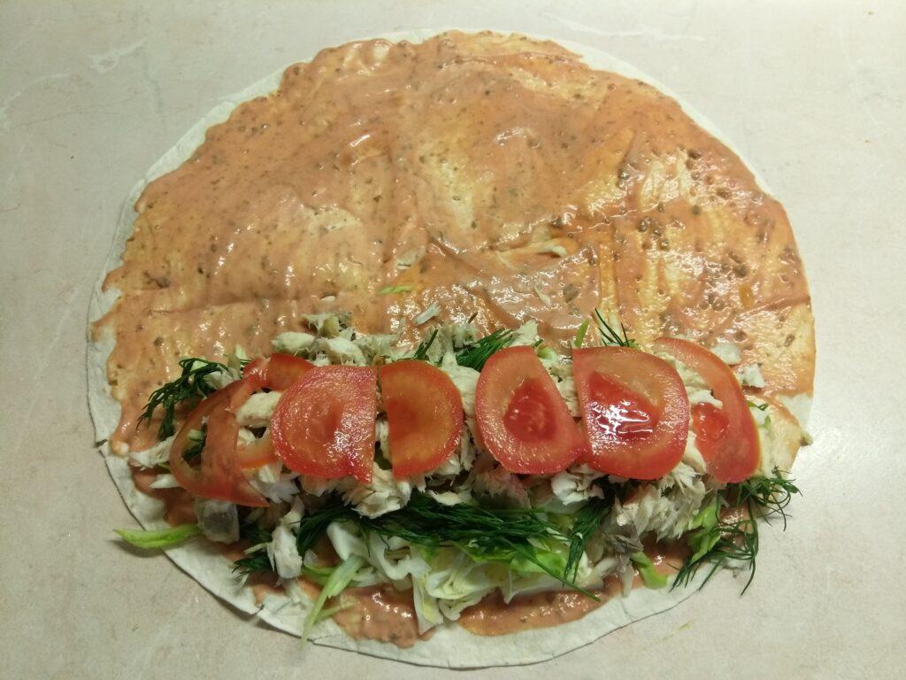 Фото рецепта - Шаурма с запеченной скумбрией и свежими овощами - шаг 6
