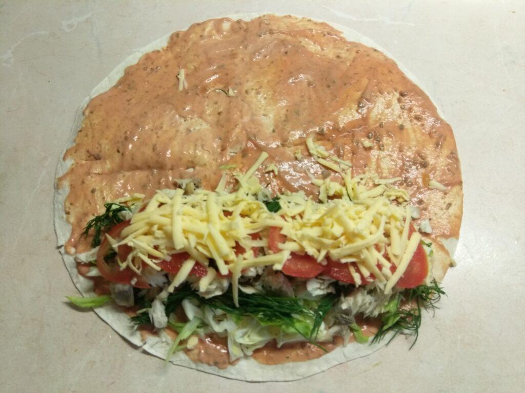 Фото рецепта - Шаурма с запеченной скумбрией и свежими овощами - шаг 7