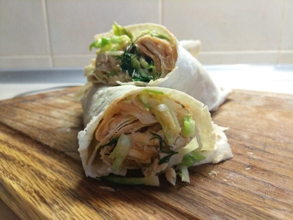 Фото рецепта - Шаурма с запеченной скумбрией и свежими овощами - шаг 8