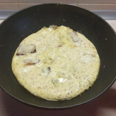 Фото рецепта - Омлет с тушенной капустой и свиной грудинкой - шаг 4