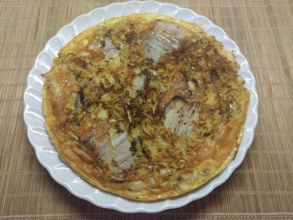 Фото рецепта - Омлет с тушенной капустой и свиной грудинкой - шаг 5