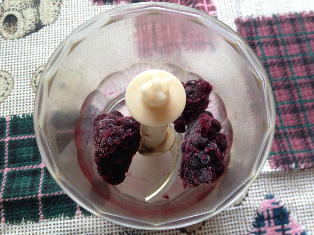 Фото рецепта - Молочный коктейль из черники и банана - шаг 1