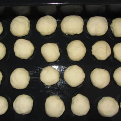 Фото рецепта - Пампушки с чесноком и укропом - шаг 3