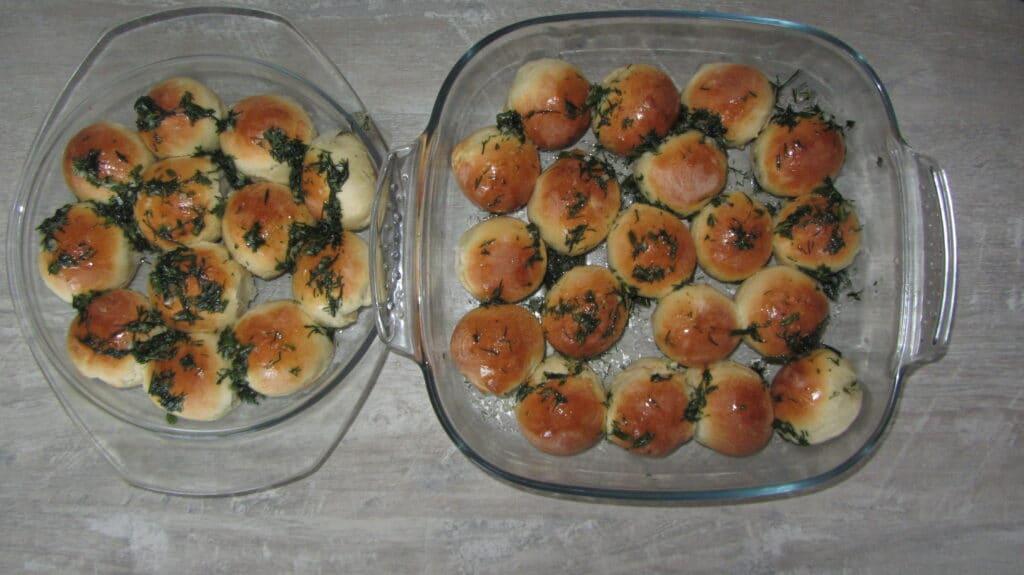 Фото рецепта - Пампушки с чесноком и укропом - шаг 6