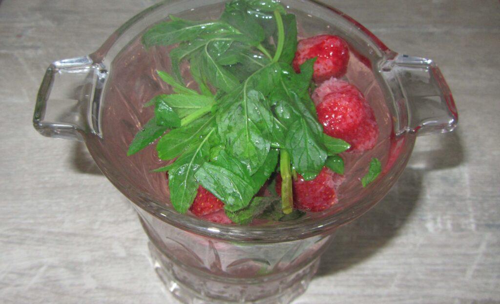 Фото рецепта - Освежающий напиток с мятой и клубникой - шаг 3