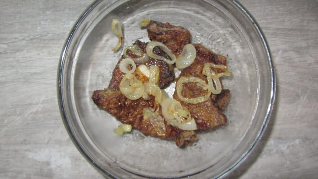 Фото рецепта - Жареная свиная печень с луком на сковороде - шаг 7