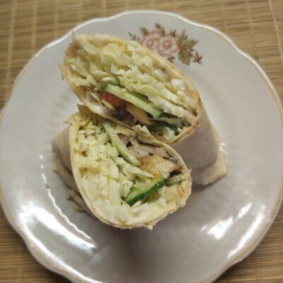 Рулет из лаваша со свежими овощами и шпротами - рецепт с фото