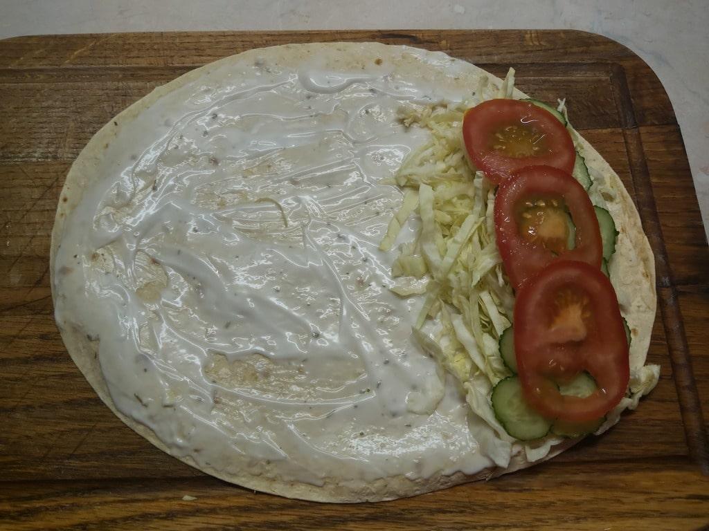 Фото рецепта - Рулет из лаваша со свежими овощами и шпротами - шаг 4