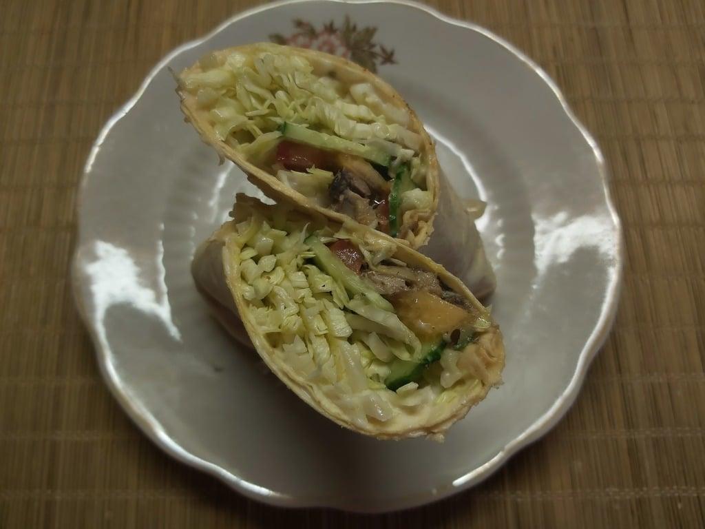 Фото рецепта - Рулет из лаваша со свежими овощами и шпротами - шаг 6