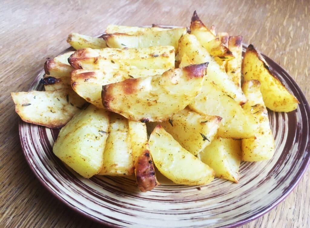 Фото рецепта - Запеченные картофельные дольки в сметане - шаг 4