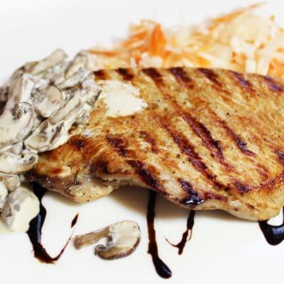 Жаренный стейк индейки с грибами - рецепт с фото