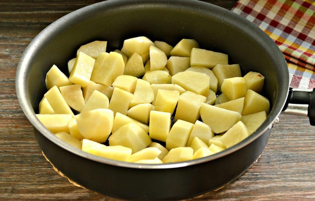 Фото рецепта - Тушёный картофель на сковороде с фаршем - шаг 1