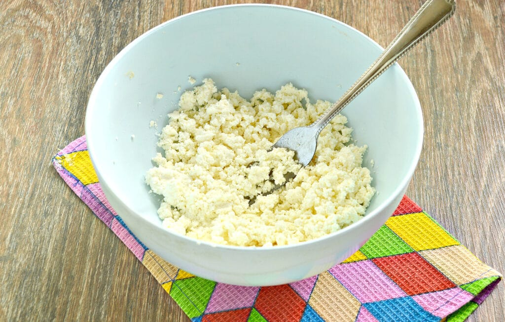 Фото рецепта - Сырники с ананасом - шаг 1