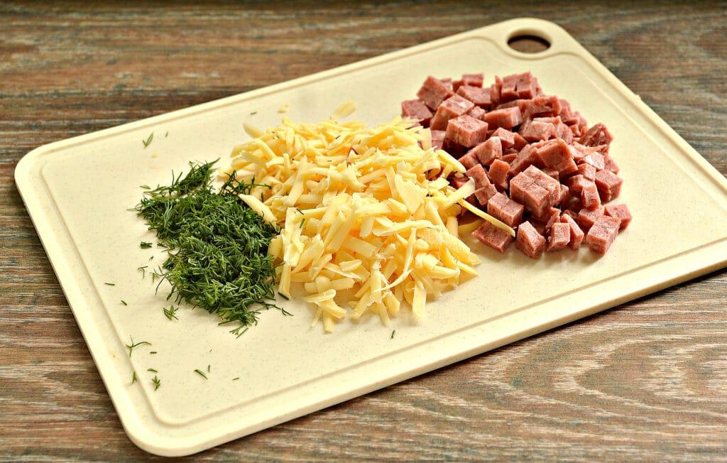 Фото рецепта - Пирожки-лодочки с колбасой и сыром - шаг 1