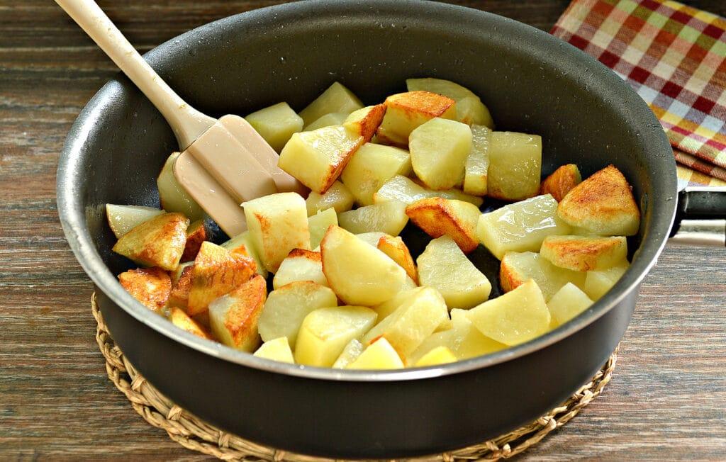 Фото рецепта - Тушёный картофель на сковороде с фаршем - шаг 2