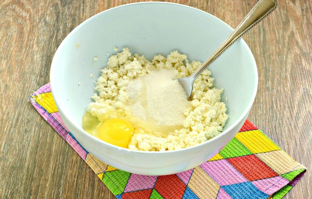 Фото рецепта - Сырники с ананасом - шаг 2