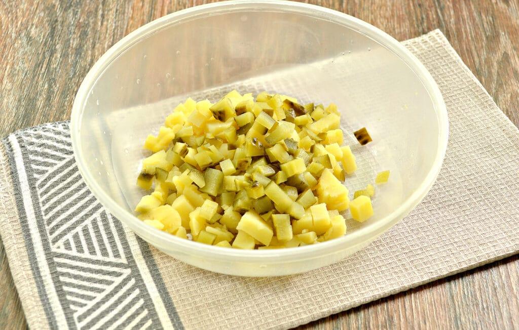 Фото рецепта - Салат с говядиной и зеленым горошком - шаг 2