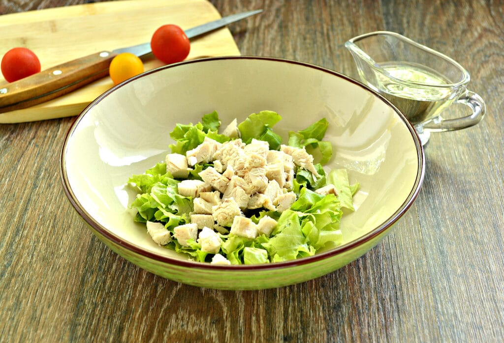 Фото рецепта - Куриный салат с ананасом и авокадо - шаг 2