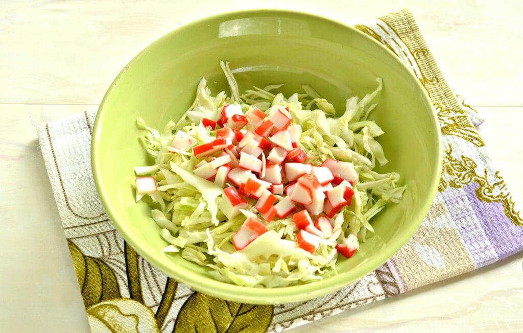 Фото рецепта - Салат с капустой, крабовыми палочками и грушей - шаг 2
