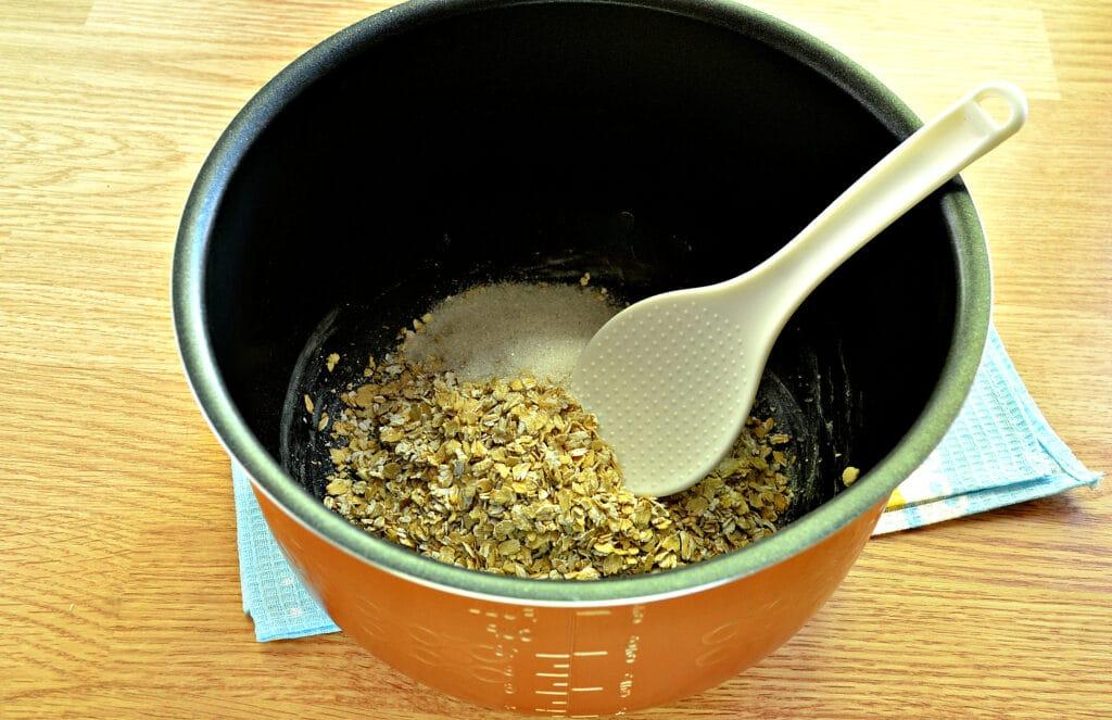 Фото рецепта - Овсяная каша с клубникой в мультиварке - шаг 2