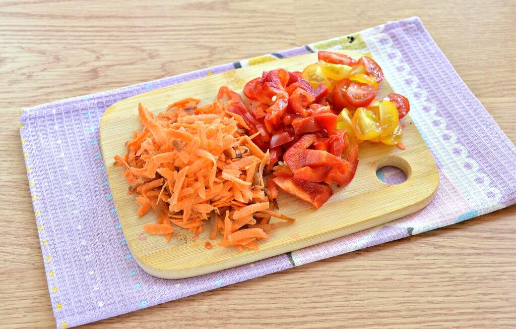 Фото рецепта - Куриные бедра, тушенные с овощами и картофелем в мультиварке - шаг 2